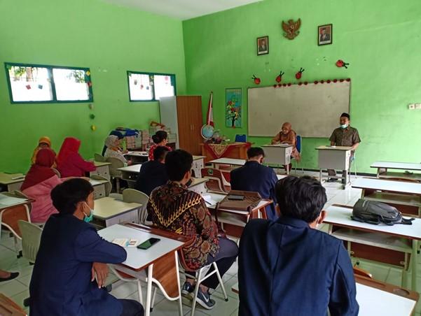 Dokumentasi pertemuan pertama dengan seluruh guru serta pembagian tugas pengabdian